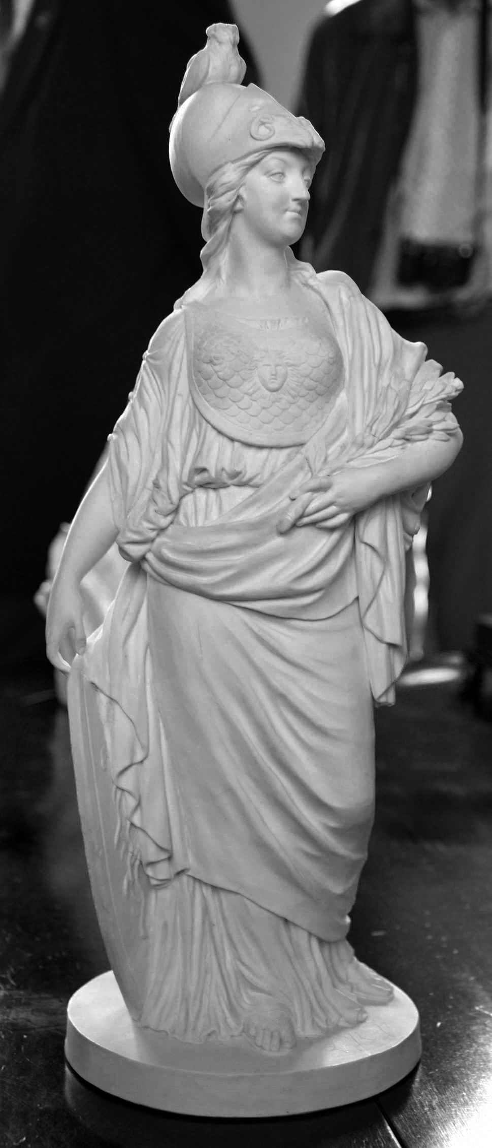 Josse-François-Joseph Le Riche (1741–1812) (?), Marie Antoinette als Minerva, 1779, 40,2 x 16 x 14,1 cm, Biskuitporzellan, Privatsammlung Bernard Dragesco (Friedrich Polleroß).